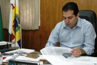 """Alcides promulga leis que estavam """"engavetadas"""""""