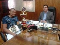 Alcides recebe campeão apucaranense de MMA