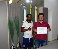 """Lucas Leugi recebe certificado de agradecimento da """"Associação de Capoeira Nelson Ventania"""""""