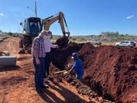 Poim e Jossuela acompanham obras de pavimentação no Recanto do Lago II